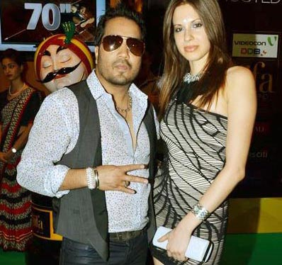 Mika Singh detained at Mumbai airport with $12,000, takes dig at customs officials