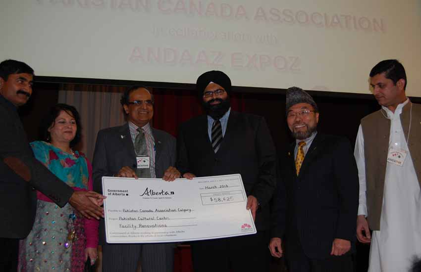 Manmeet Bhullar cuts cake, gives cheque on Pakistan Day