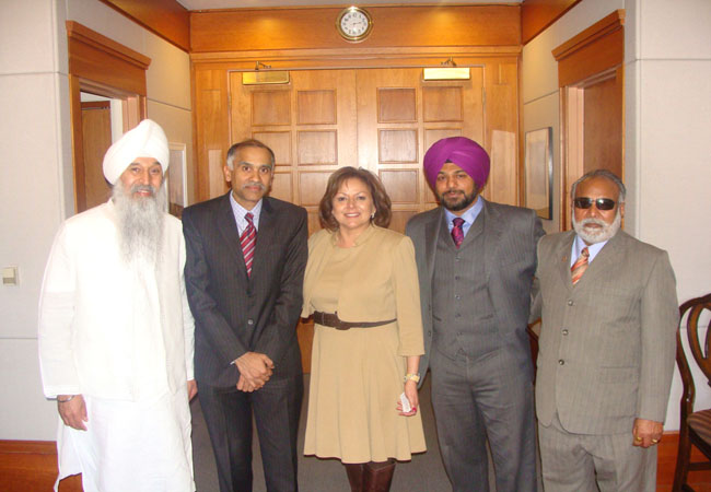 Accompanied by Bhai Sahib Satpal Singh, Indian Consul General Harish met Governor Susana Martinez (middle). Pawan Singh Dhindsa and Mr. Keval Dhindsa are seen on the right.