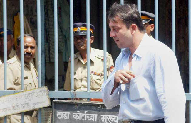 sanjay dutt leaves court in 2002
