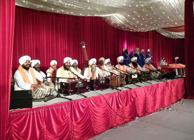 Ragi jathas performing kirtan.