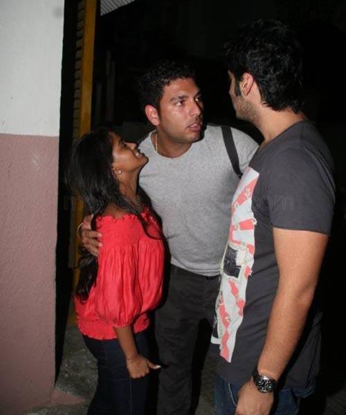 Yuvraj Singh (middle) seen with Salman Khan's sister Arpita