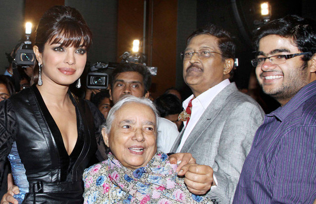 priyanka-chopras-dad-seen-with-his-family