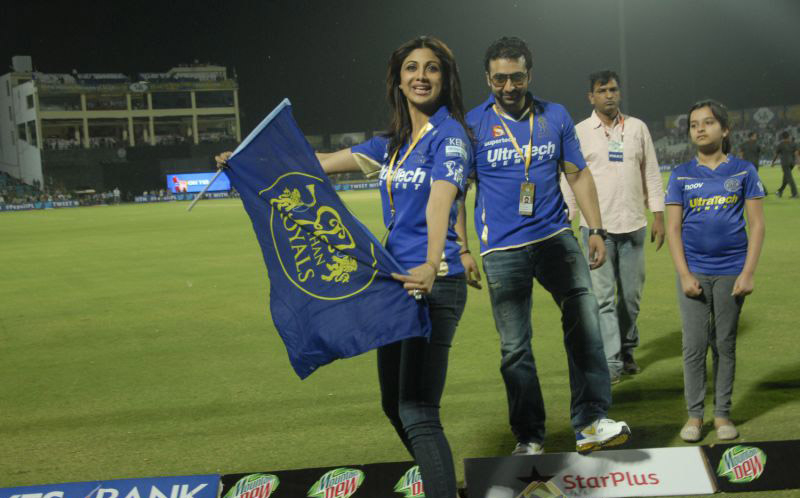 shilpa-shetty-cheering-her-team-rajasthan-royals