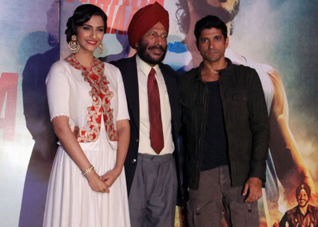 Farhan (right) with Milkha Singh and co-star Sonam Kapoor.