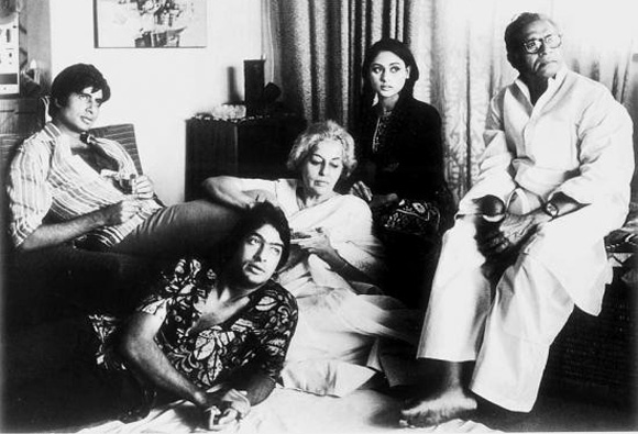 amitabh and his brother ajitabh with mother Teji and father Harivansh Rai Bachchan
