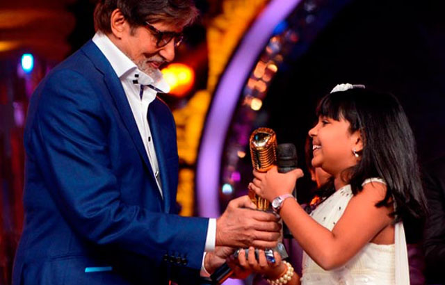 Junior Indian Idol Anjana Padmanabhan getting trophy from Amitabh Bachchan
