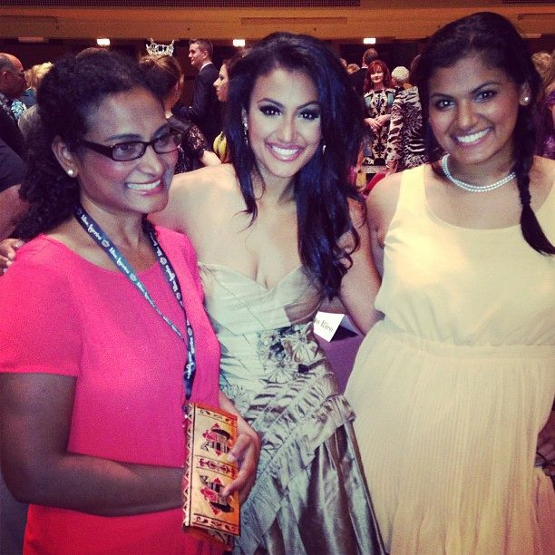 Miss America Nina Davuluri (middle) with her mother and sister