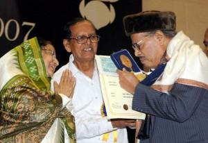 Manna Dey getting the Dadasaheb Phalke Award in 2007