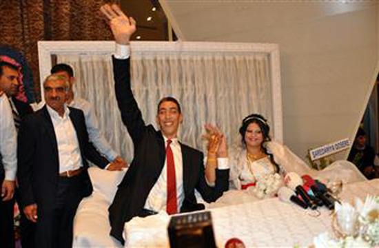 World's tallest man Sultan Kosen gets married to a woman who is two and a half feet shorter than him