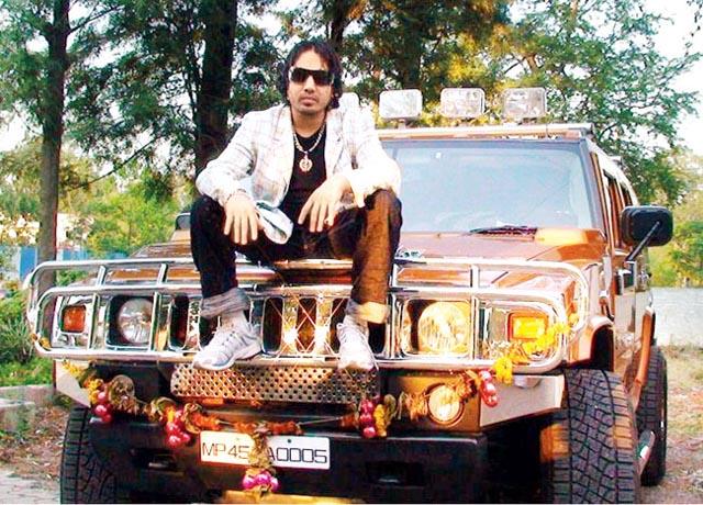 Shahrukh likes Mika Singh's orange Hummer, borrows it for a drive