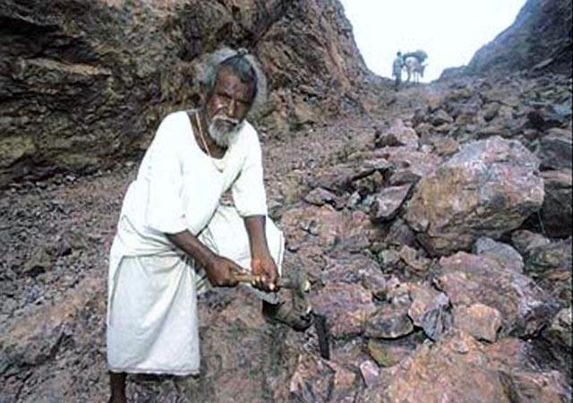Dasrath Manjhi working to create the road through the mountian