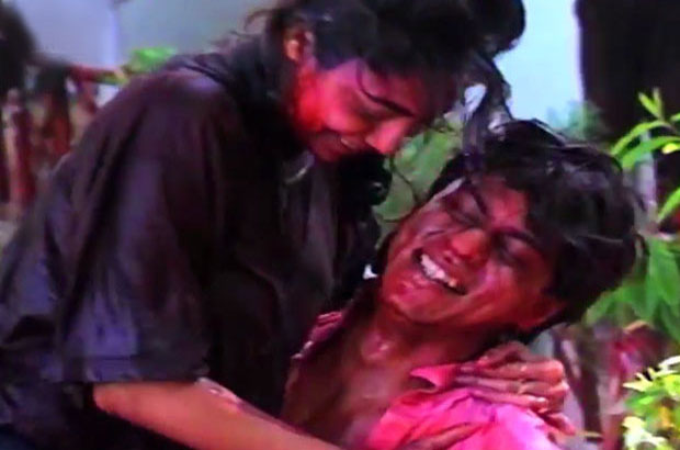 Shahrukh, Gauri playing Holi