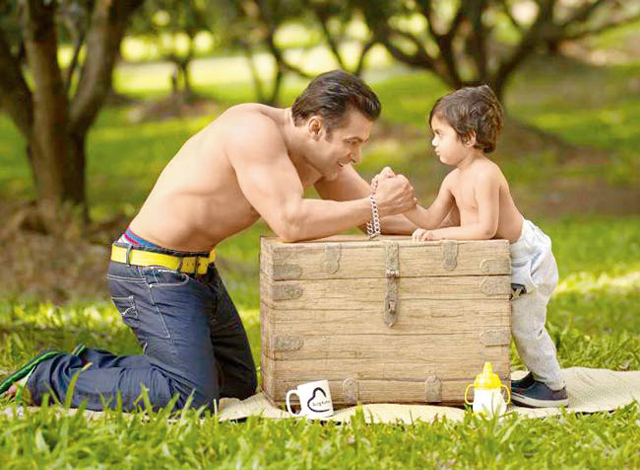 Salman Khan and Yohan Khan arm wrestling