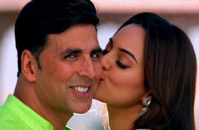 Akshay getting cozy with Sonakshi, wife Twinkle warns him