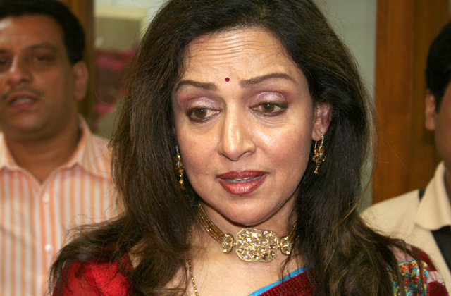 Hema Malini saves two little boys from crowd
