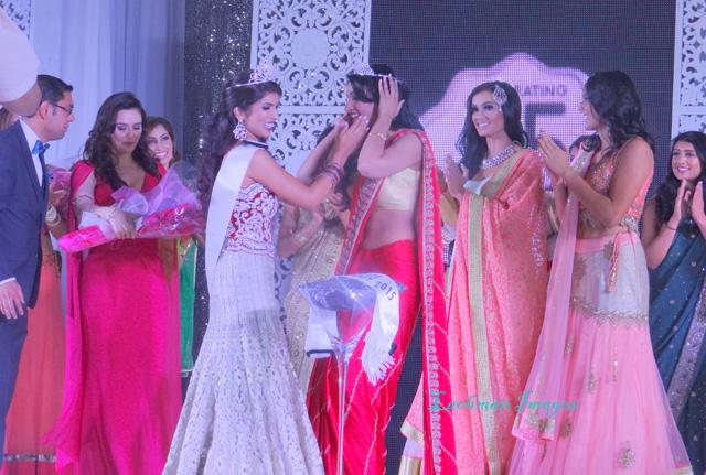 Manasvi Noel being crowned Miss India Canada 2015