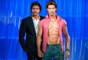 Hrithik Roshan standing behind his wax twin at Madame Tassauds.