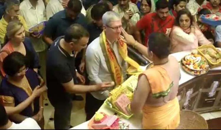 Apple CEO Tim Cook at Siddhivinayak temple.