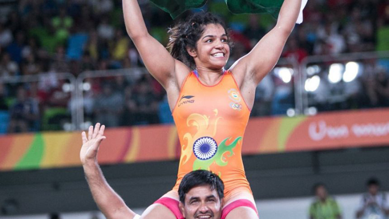 Sakshi Malik on the shoulders of her coach