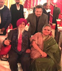 Former super cop KPS Gill (in turban) turned 82 on December 29. This picture was posted by Indian television icon Vinod Dua (standing back).