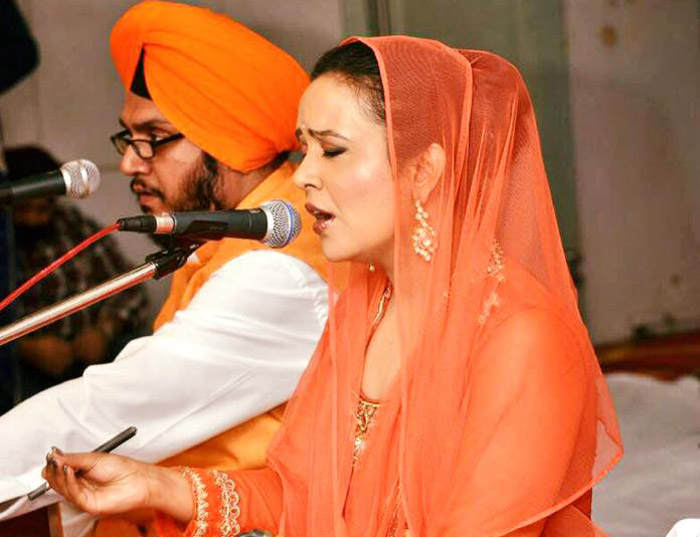 Maharashtra chief minister's wife Amruta sings shabad at Mumbai gurdwara