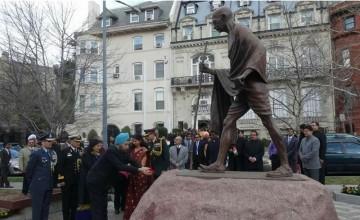 Navtej Sarna pays respects to Gandhi